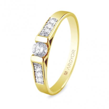 Sortija en oro amarillo de 18kt con un diamante de 3.5mm y 8 diamantes