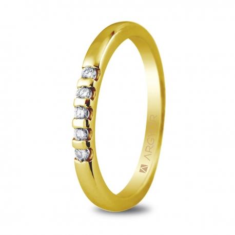 Sortija en oro amarillo de 18kt con cinco diamantes de 1.65mm en talla brillante con un total de 0.10ct