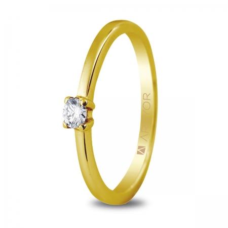 Sortija en oro amarillo de 18kt con un diamante de 3mm en talla brillante de 0.10ct.
