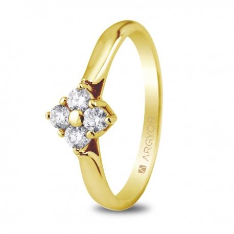 Sortija en oro amarillo de 18kt con cuatro diamantes de 2.5mm en talla brillante con un total de 0.26ct.