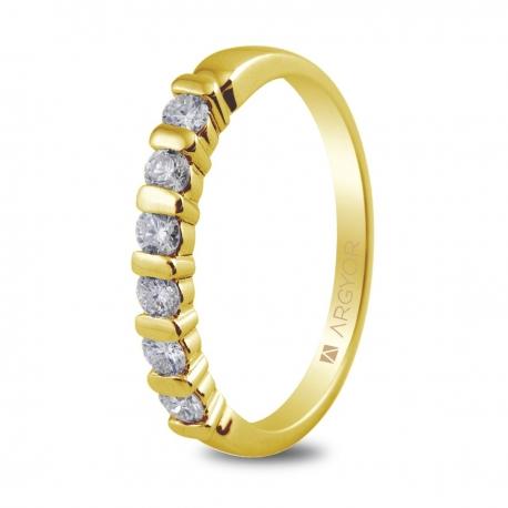 Sortija en oro amarillo de 18kt con seis diamantes de 2.5mm en talla brillante con un total de 0.39ct