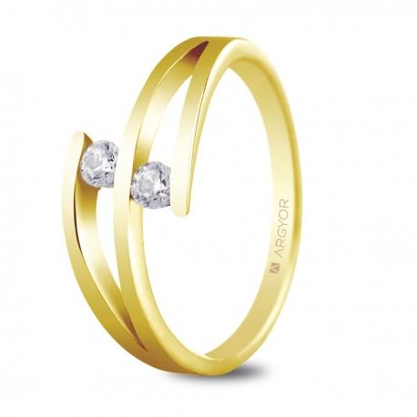 Sortija en oro amarillo de 18kt con dos diamantes de 2.7mm en talla brillante de 0.14ct
