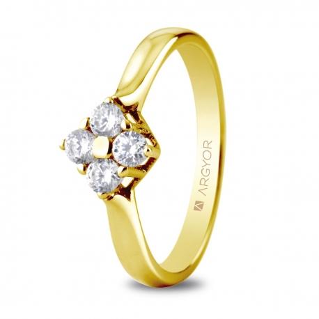 Sortija en oro amarillo de 18kt con cuatro diamantes de 2.65mm en talla brillante de 0.30ct.