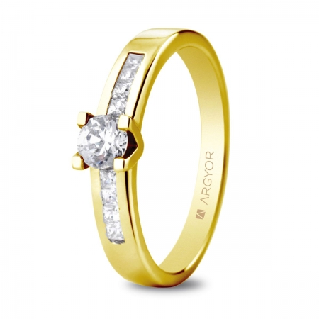 Sortija en oro amarillo de 18kt con un diamante de 4.25mm y ocho diamantes de 1.5mm