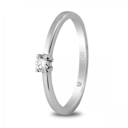 Sortija en oro blanco de 18kt con un diamante de 3mm en talla brillante de 0.10ct