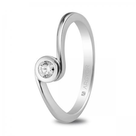 Sortija en oro blanco de 18kt con un diamante de 3mm en talla brillante de 0.10ct.