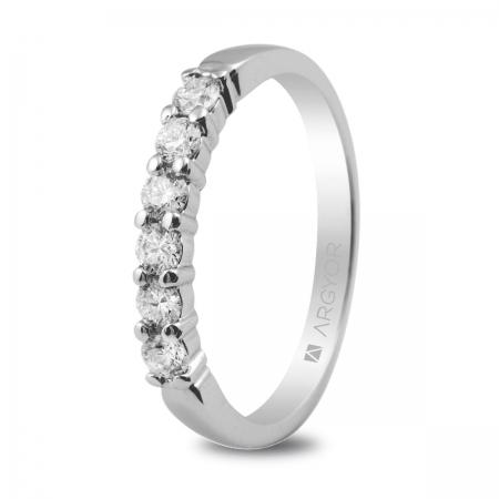 Sortija en oro blanco de 18kt con 6 diamantes de 2.50mm en talla brillante con un total de 0.39ct.