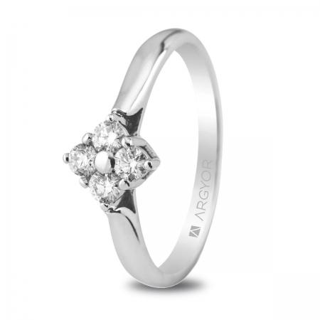 Sortija en oro blanco de 18kt con cuatro diamantes de 2.5mm en talla brillante con un total de 0.26ct.