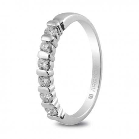 Sortija en oro blanco de 18kt con seis diamantes de 2.5mm en talla brillante con un total de 0.39ct