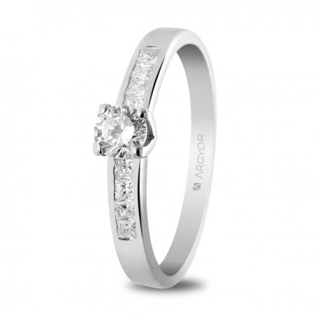 Sortija en oro blanco de 18kt con un diamante de 4mm y 8 diamantes de 1.5mm