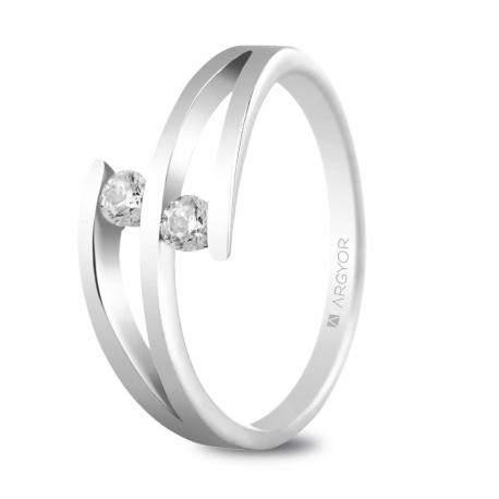 Sortija en oro blanco de 18kt con dos diamantes de 2.7mm en talla brillante de 0.14ct