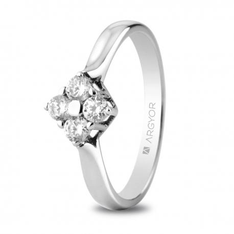 Sortija en oro blanco de 18kt con cuatro diamantes de 2.65mm en talla brillante de 0.30ct.