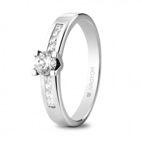 Sortija en oro blanco de 18kt con un diamante de 4.25mm y ocho diamantes de 1.5mm